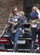 http://img221.imagevenue.com/loc1052/th_843415800_Hilary_Duff_Heading_to_play_date_with_Luca7_122_1052lo.jpg