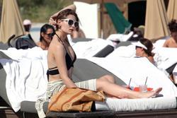 http://img221.imagevenue.com/loc1055/th_311913330_Mischa_Barton_Bikini_Candids_on_the_Beach_in_Miami_December_27_2011_135_122_1055lo.jpg