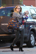 http://img221.imagevenue.com/loc1058/th_201485966_HilaryDuff_takes_son_to_a_doctors_appointment27_122_1058lo.jpg