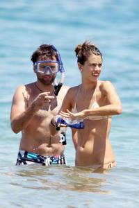 th_74066_Alessandra_Ambrosio_on_the_beach_in_Hawaii_11_122_1148lo.jpg