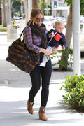http://img221.imagevenue.com/loc842/th_129403801_Hilary_Duff_Takes_Son_For_Haircut29_122_842lo.jpg