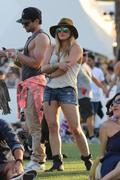 http://img221.imagevenue.com/loc975/th_863818582_Hillary_Duff_Coachella_Valley_Music_and_Arts_Festival4_122_975lo.jpg